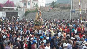Miles de devotos acompañan a la virgen de Monserrate en la procesión