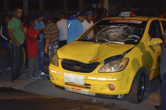 Taxi lo impacta al cruzar la calle