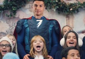 Cristiano Ronaldo anuncia la llegada de la Navidad vestido de superhéroe