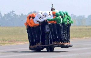 Ejército indio logra récord de más personas subidas en una moto