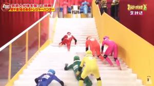 Subir una escalera resbaladiza, el nuevo reto de un programa de televisión japonés