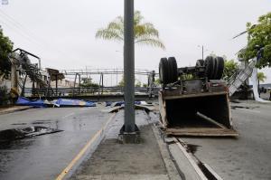 Paso peatonal colapsa en Guayaquil tras el impacto de un tráiler
