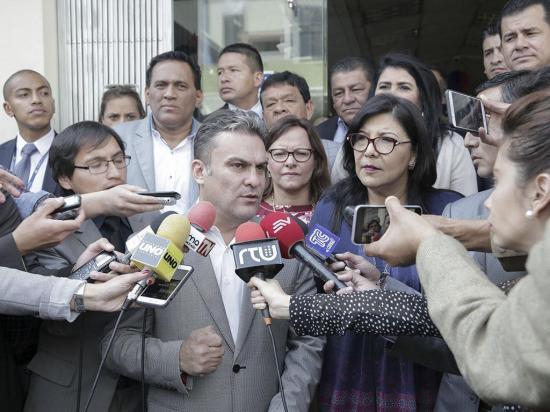 Consulta divide más al bloque de Alianza PAIS