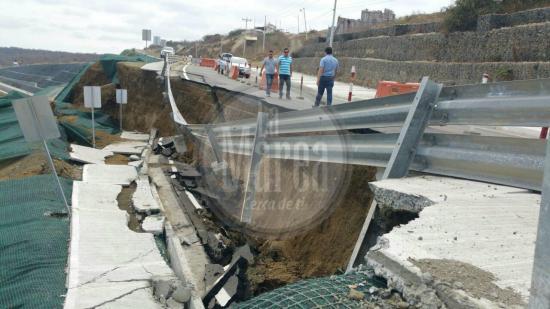 Colapsa un tramo de la vía Manta- San Mateo como consecuencia del sismo