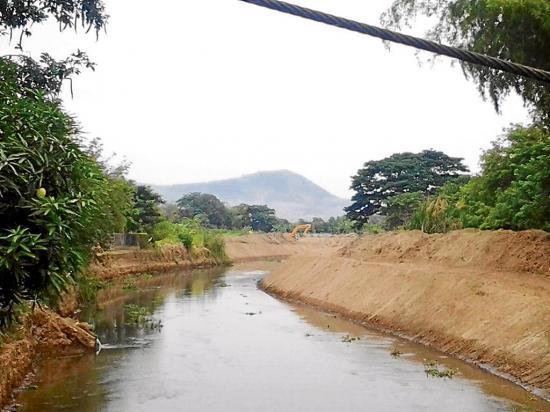 Desazolvan el cauce del río Portoviejo
