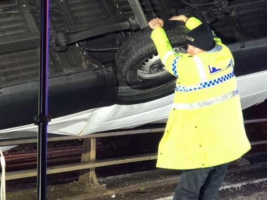 Policía detiene con sus manos un camión y  evita que caiga de un puente