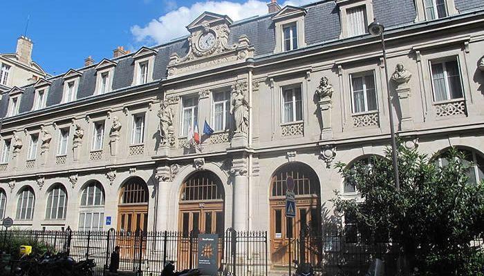 Multan a un diputado francés por llevar una camiseta de fútbol en la Asamblea