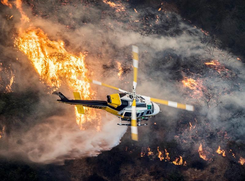 Vientos huracanados propagan los voraces incendios del sur de California