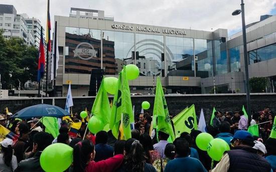 Cientos de ciudadanos se concentran frente a CNE para apoyar el sí a consulta