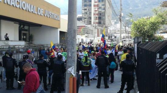 Medio centenar de manifestantes pide inocencia de Glas ante Corte Nacional