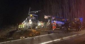 Choque de bus escolar y tren deja al menos 4 muertos en Francia