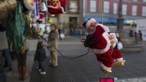 Un grupo de niños tira piedras a Papá Noel al quedarse sin dulces en Brasil