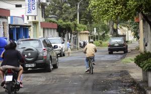 Sacaron el asfalto,  pero la obra no avanza y el polvo los afecta