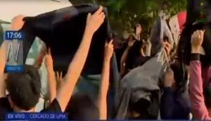 Universitarios protegen a madre de joven asesinado y evitan que sea filmada