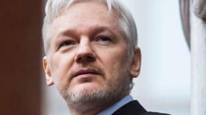 Assange se comprometió por escrito a no opinar de otros Estados, dice Ecuador