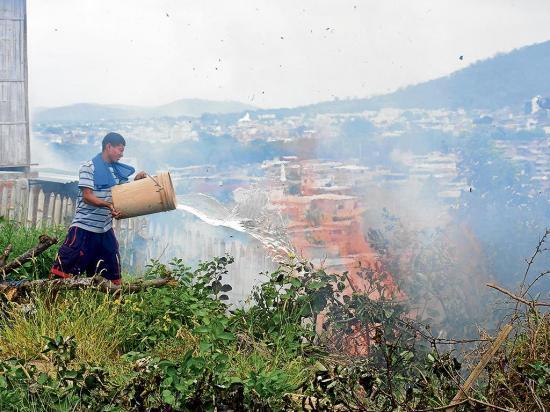 La quema de monte sigue amenazando