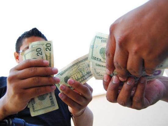 Sacapintas le quitan  3.600 dólares y una cartera a una mujer