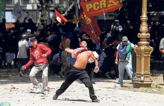 """""""Huelga y piedras"""" por una reforma"""