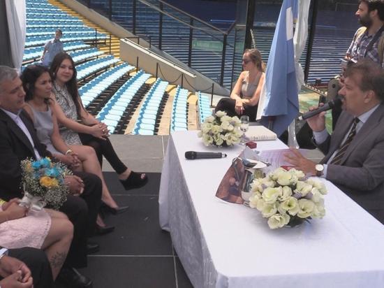 Argentina parejas se casan en el estadio la bombonera