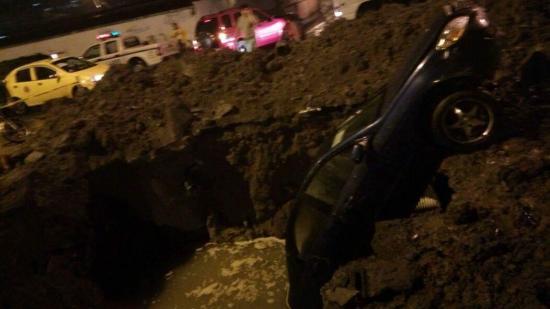 Auto cae a un hueco en la av. Bombolí