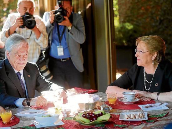 Piñera acuerda con Bachelet reformar la constitución