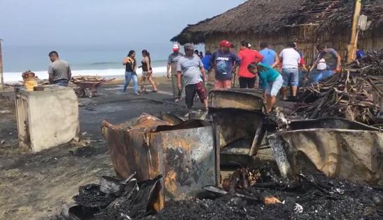 Incendio consume dos cabañas en la playa de Santa Marianita