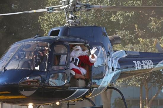 Santa Claus aterriza en hospital de Guatemala para alegrar a niños enfermos