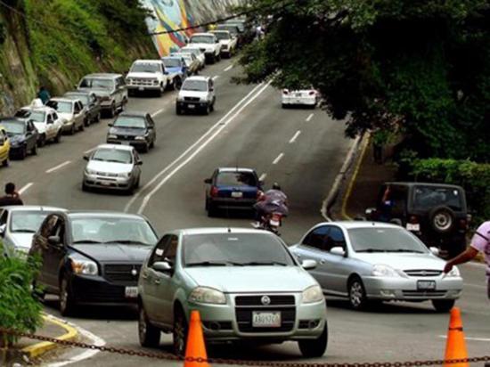 Hay escasez de gasolina en estados fronterizos, dice una gobernadora