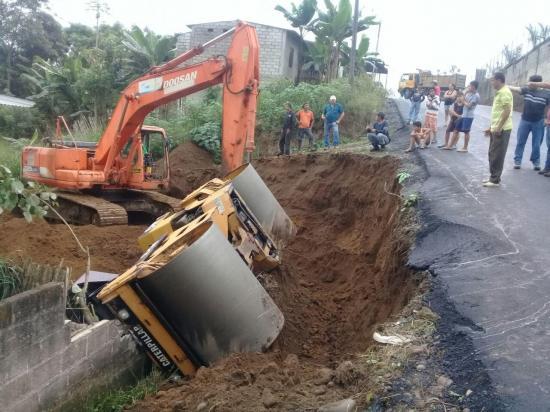 Maquinaria cae a un costado de la vía mientras realizaba trabajos de asfaltado en El Carmen