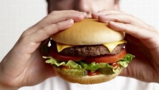 Exceso de comida calórica cambia la zona del cerebro vinculada a adicciones
