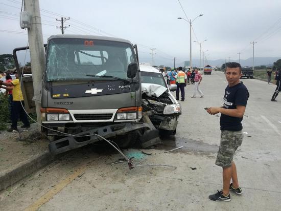 Tres personas resultan heridas en un choque entre dos vehículos