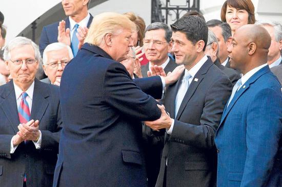 Trump celebra por lo alto la reforma fiscal
