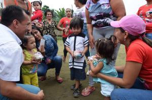 Niños reciben caramelos