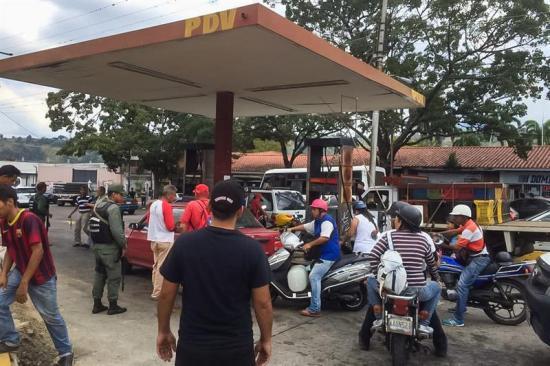 Las colas por la escasez de gasolina persisten en el oeste de Venezuela
