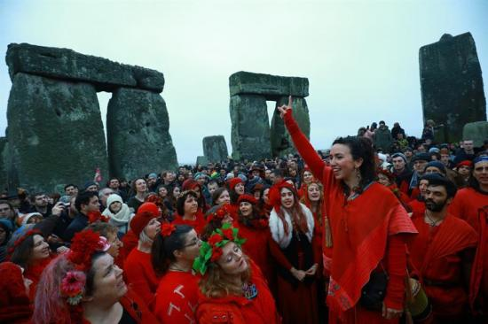 Miles de personas celebran el solsticio de invierno en Inglaterra