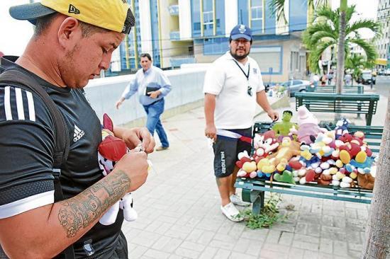 Comerciantes informales cruzan la calle para evadir multas