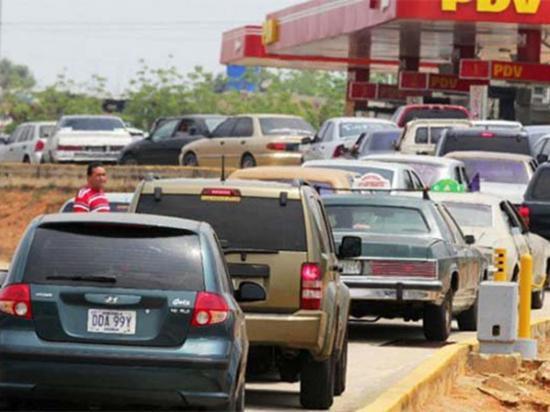 """Filas de a """"cien"""" por la gasolina"""