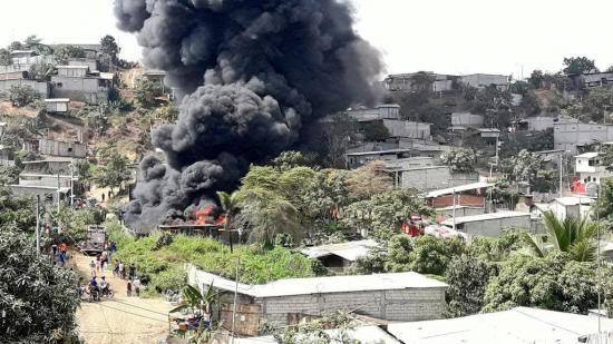 Incendio en Guayaquil movilizó más de cien bomberos