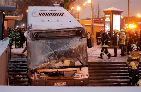 Al menos 5 transeúntes mueren arrollados por autobús en una acera en Moscú