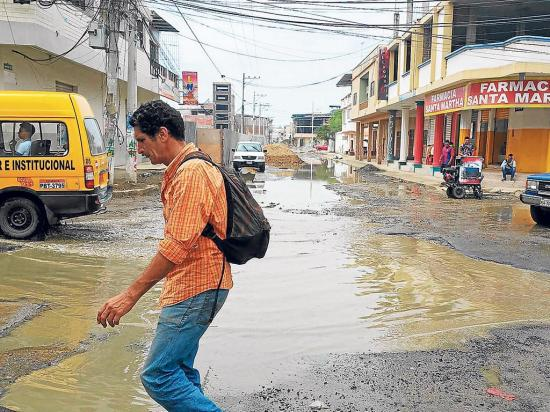 Reboses de aguas servidas fluyen de una red nueva