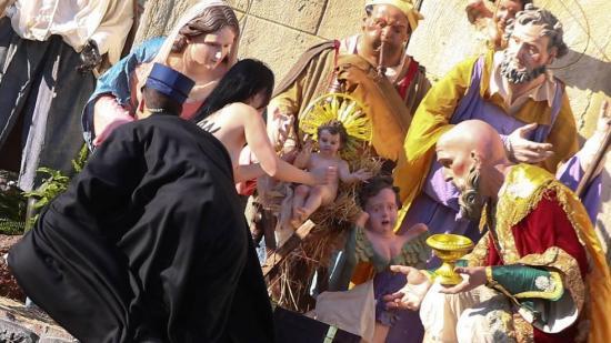 Una activista de Femen intenta llevarse el niño Jesús del nacimiento del Vaticano