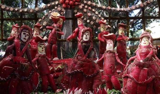 Artesanos crean figuras con rábanos en tradicional festejo navideño en México