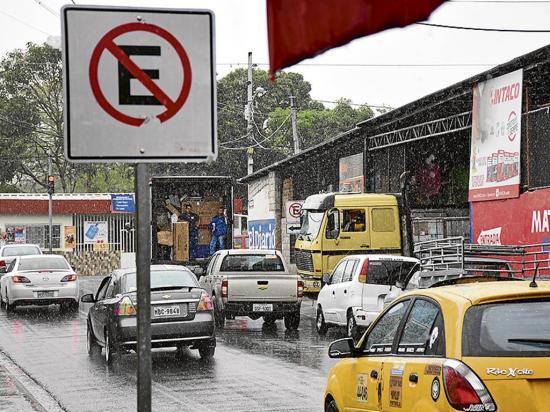 Comercios descargan mercadería en el día y bloquean el tránsito