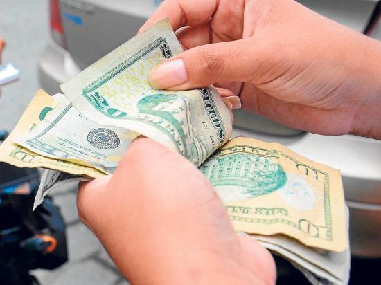 Los dólares salen en su mayoría a Colombia y Perú