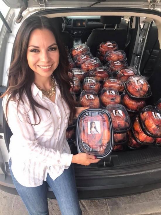 #LadyPollos: Critican a una diputada mexicana que repartió pollos con su fotografía