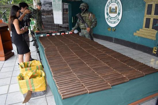 Militares destruyen material explosivo