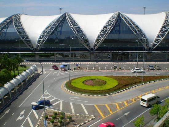 Familia lleva tres meses varada en el aeropuerto de Bangkok por miedo