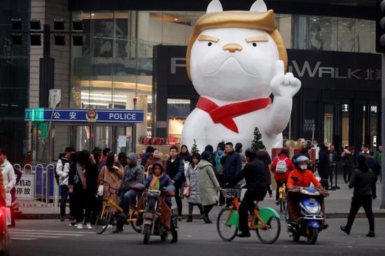 Trump vuelve a inspirar estatuas chinas para el Año Nuevo, ahora como perro