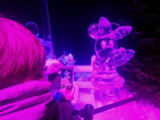 El universo de Disney esculpido en 600 toneladas de hielo