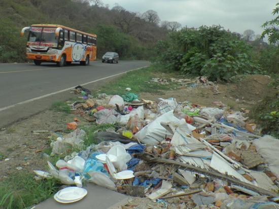 Basura y escombros son arrojados a un lado de la vía El Zapallo